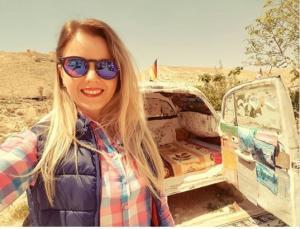 """بالصور ..  اردني يشيد اصغر فندق في العالم بسيارته """"الفوكس"""" القديمة ويستقطب السياح في الشوبك"""
