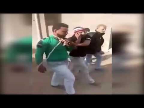 بالفيديو ..  بلطجية يربطون شاباً بحبل ويجرونه من رقبته بوسط الشارع
