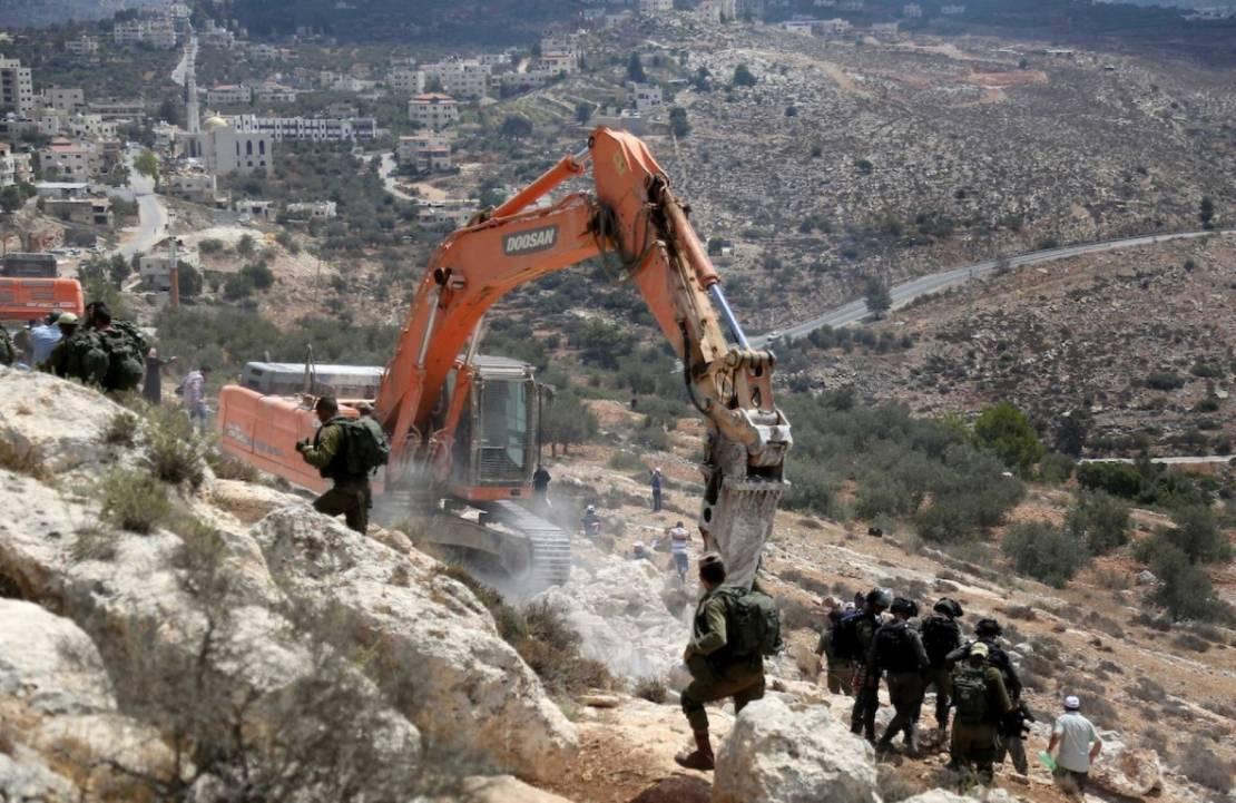 منذ شهور ..  الاحتلال يواصل تجريف مساحات واسعة في عزموط
