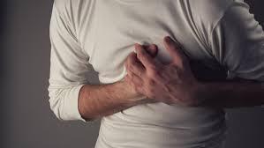 الم الصدر وخفقان القلب السريع من اعراض روماتيزم القلب ..  تعرفي على باقي الأعراض