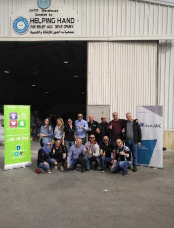 موظفي بنك ABC  يتطوعون للمشاركة في فرز التبرعات العينية في مستودعات بنك الملابس الخيري