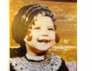 صورة.. خمنّوا هذه الطفلة أي نجمة عربية جميلة أصبحت؟!
