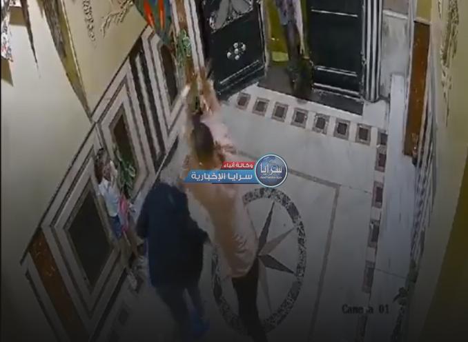 بالفيديو ..   كاميرا مراقبة ترصد رجل يعتدي على زوجته بوحشية أمام طفلتهما