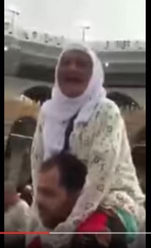 بالفيديو..شاب يحمل مُسنّة على كتفيه بعد ان عجزت عن الطواف حول الكعبة