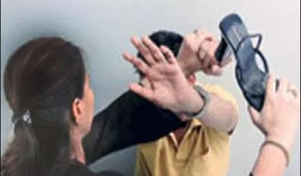 معاقبة امرأة امارتية هددت رجلاً بالضرب بـ «النعال»