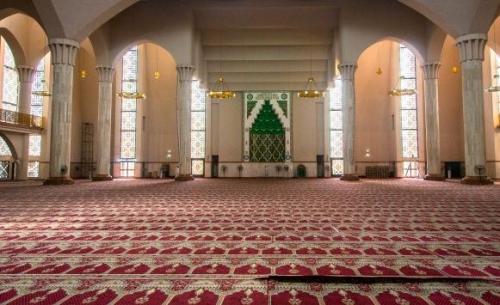 بالتفاصيل ..  مدينة أندونيسية تفرض صلاة الفجر بالمساجد على كبار الموظّفين الحكوميين