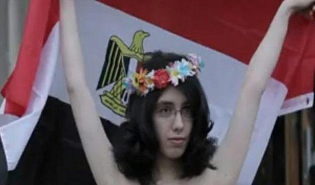 القضاء المصري يحاكم شابة تظاهرت عارية اعتراضاً على الدستور