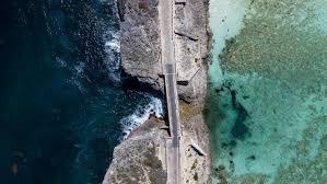 جسر زجاجي يفصل بين محيط وخليج  .. هل هو أضيق جسر في العالم؟