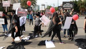 """فتاة لبنانية تصرخ بالشارع لقد أغتصبت  .. هكذا كانت ردود فعل الناس  .. """"تفاصيل"""""""