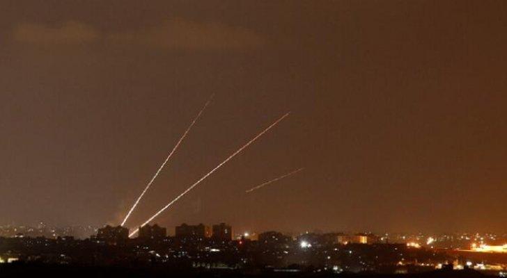 المقاومة الفلسطينية تطلق عشرات الصواريخ نحو الأراضي المحتلة