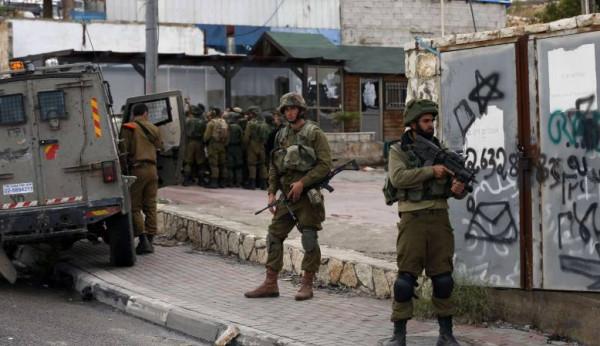 قوات الاحتلال تداهم أربعة منازل في عين قينيا غرب رام الله