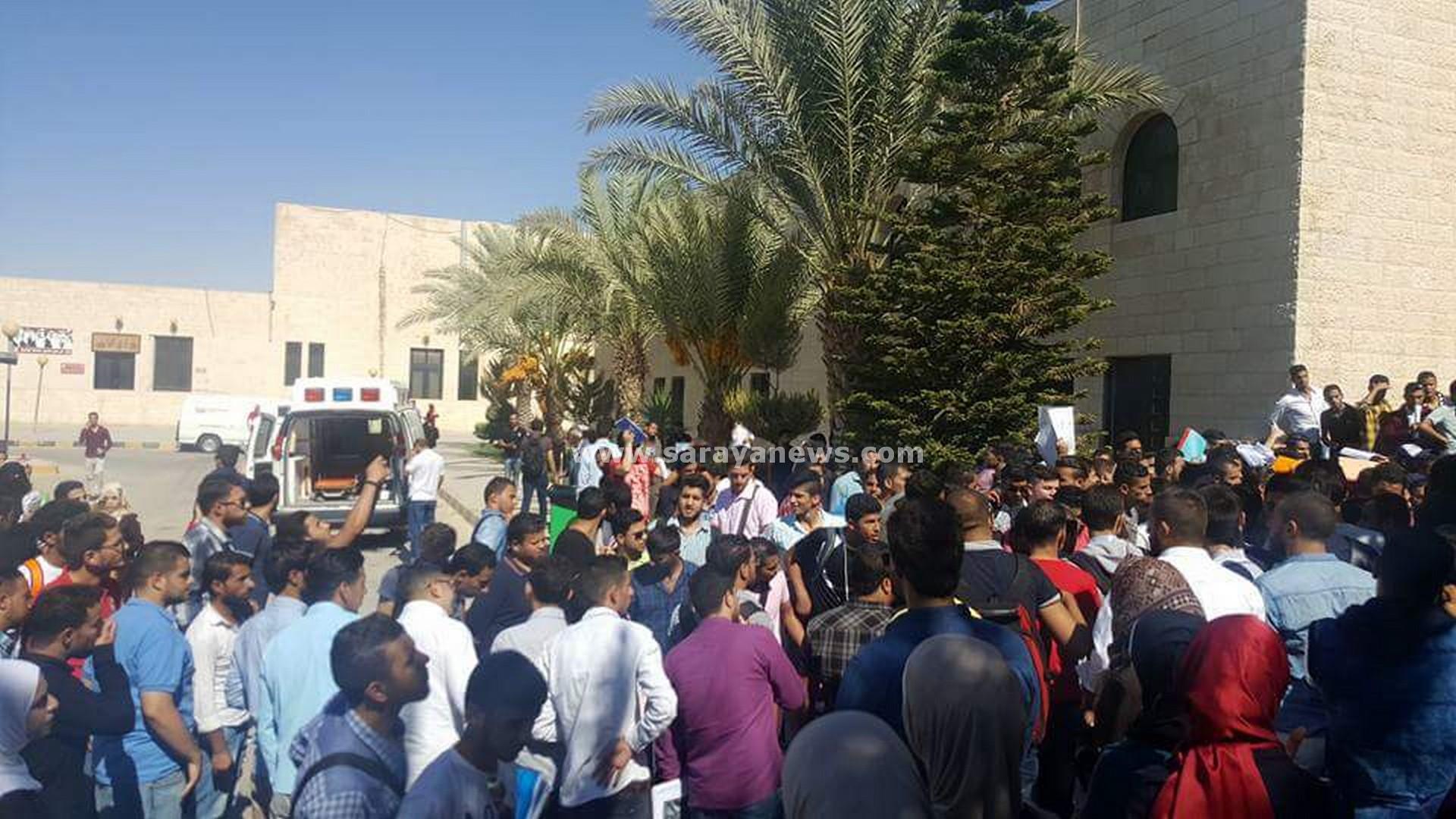 """بالصور .. طلبة """"الهاشمية"""" يعتصمون ضد قرارات الجامعة .. و بني هاني يرد : لا تراجع عن القرار"""