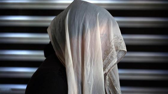 فتاة عربية تتحوّل إلى شيطان وتقتل والدتها خنقاً بحبل غسيل بعدما اكتشفت ما تفعله على الهاتف - صورة