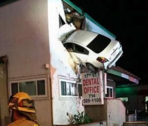 شاهد : أغرب فيديو .. سيارة تحلق مثل طائرة وتتدلى من نافذة منزل