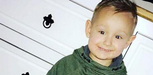 تفاصيل مؤلمة ..  تعرّف على آخر ما تلفظ به طفل مريض بالسرطان بين أحضان أمه ..  صور