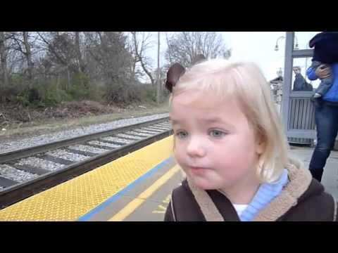 """شاهد بالفيديو  ..  انبهار طفلة بقطار يحصد مليوني مشاهدة في """"يوتيوب"""""""