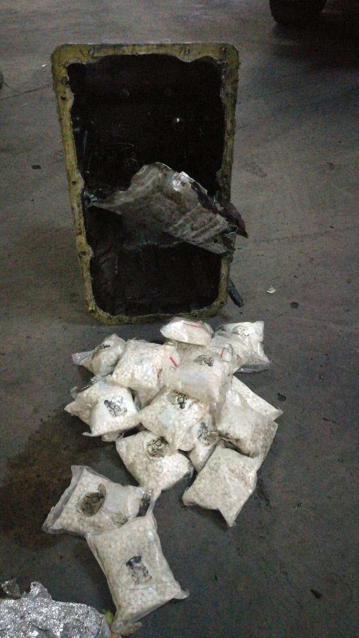 القبض على شخصين حاولا تهريب ٥٠ الف حبة مخدرة بأخفائها داخل مركبة شحن