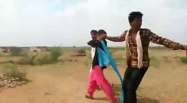 بالفيديو والصور ..  لحظات صادمة لقيام شخصين باختطاف فتاة مراهقة بعد ان اعتديا على والدتها للزواج منها