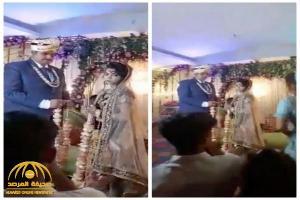 عروس هندية تفاجئ عريسها بتصرف غريب على خشبة المسرح في حفل زفافهما ..  شاهد: ردة فعل الأخير!