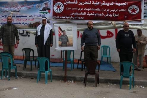 بالصور  ..  محاولة إنتحار جماعي لأهالي شهداء غزة قطعت السلطة رواتبهم