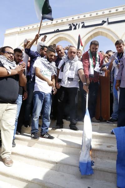 بالصور   ..  النائب ابو خديجة يحرق العلم الاسرائيلي