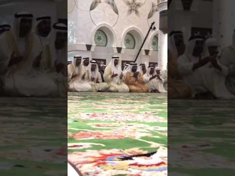 بالفيديو - ولي عهد أبوظبي يؤدي صلاة عيد الفطر في جامع الشيخ زايد الكبير