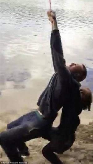بالفيديو.. طفلة تخنق والدها عن طريق الخطأ