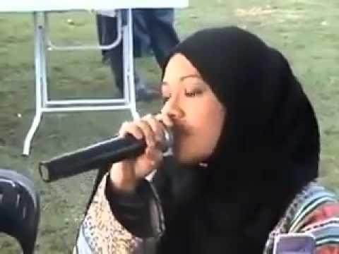 بالفيديو ..  فتاة ماليزيه تقلد الشيخ عبد الباسط فى قراءة القرآن