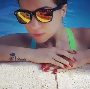 """مي عزالدين تكشف عن """"وشمها"""" الجديد في حمام السباحة .. صورة"""