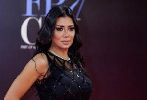مصمم أزياء عالمي يعلق على فستان رانيا يوسف