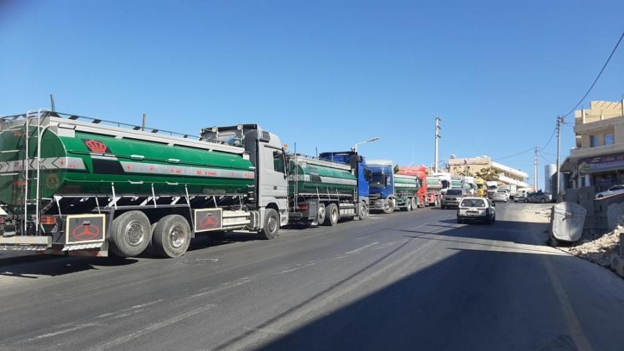 بالصور  ..  أصحاب الصهاريج في وادي موسى يحتجون على نقص المياه
