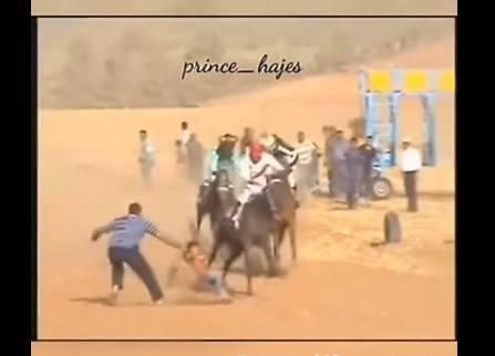 بالفيديو .. لحظة انقاذ طفل  من الموت تحت اقدام خيول  اثناء سباق  سرعة