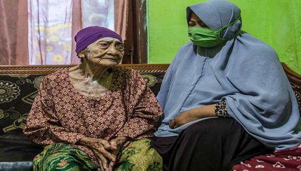 شفاء إندونيسية في سن الـ100 من كورونا ..  والسر في أمر واحد فقط