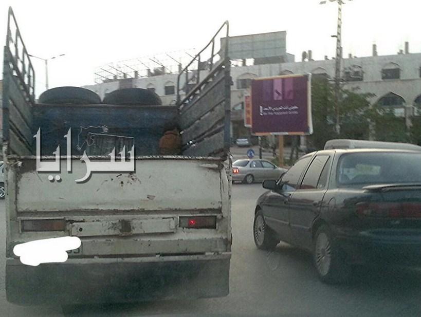 """بالصور  ..  اربد : اب عديم الرحمة يربط طفله بالاحبال والجنازير ويضعه بالصندوق الخلفي لـ""""البك أب"""""""