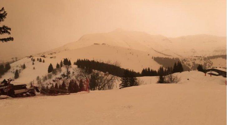 بالفيديو والصور ..  عاصفة رملية مصدرها الجزائر تُغيّر لون الثلوج إلى البرتقالي في جبال الألب