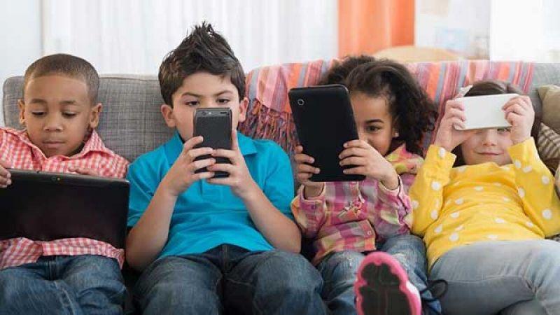 دراسة: جلوس الأطفال أمام الشاشات لوقت طويل يسبب مشاكل في السلوك والانتباه