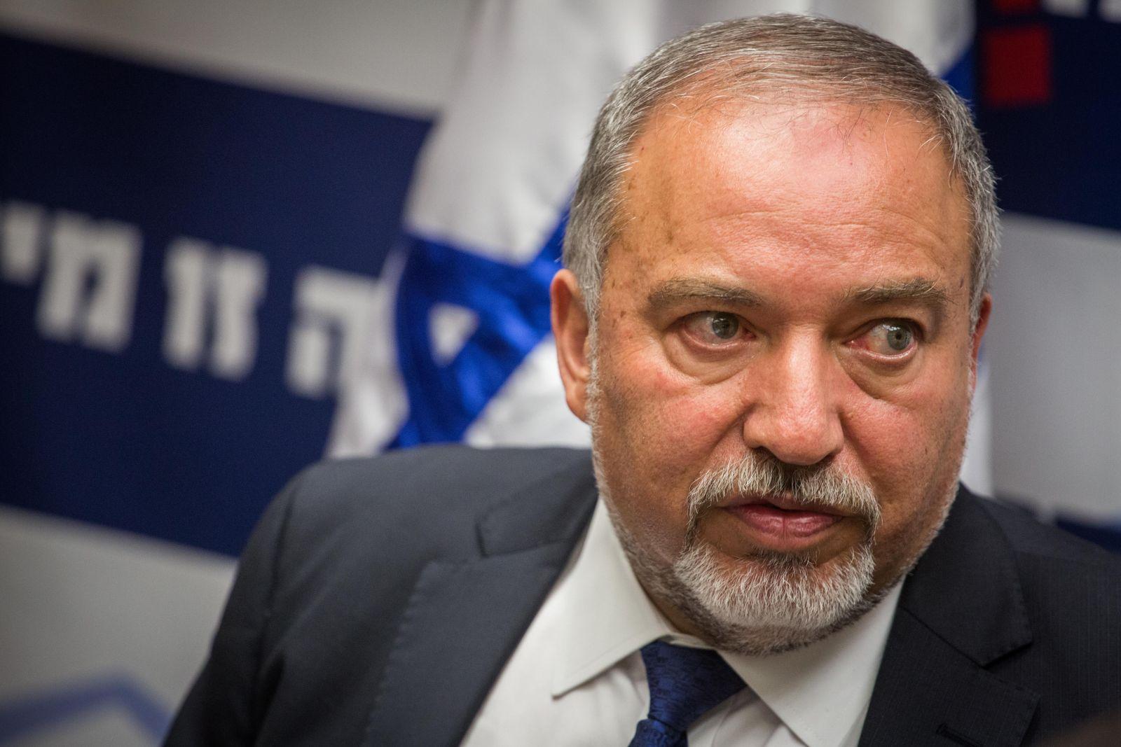 """وزير الدفاع الاسرائيلي يصف النواب العرب بـ""""مجرمي حرب"""""""