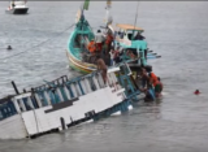 بالفيديو .. اللحظات الاخيرة قبل غرق السفينة التي تقل الاجئين السوريين