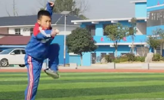 بالفيديو  : طفل يشتهر بعد أدائه أسلوب الثمل بالكونغ فو