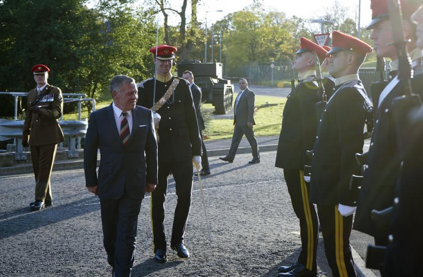 """بالصور  ..  الملك يحضر برنامجا عسكريا في كتيبة """"لايت دراغونز"""" البريطانية"""
