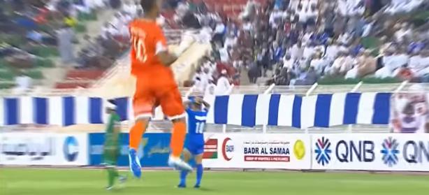 بالفيديو ..   حارس مرمى عُماني يخطف الأنظار بعد تسجيله هدفا عالميا خلال بطولة كأس عُمان