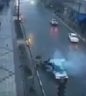 سائق ينجو بأعجوبه من صاعقة قوية تضرب سيارته
