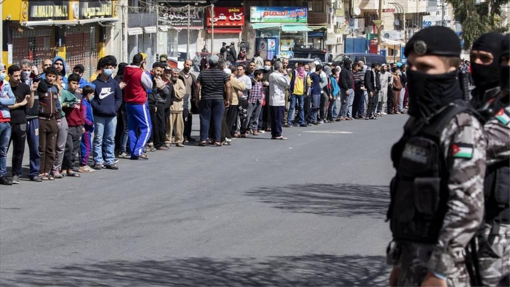عام على تسجيل الأردن 15 إصابة بكورونا والحكومة تبرر الحظر الشامل والأسواق تكتظ بالمواطنين