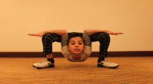"""بالفيديو والصور .. """" عنكبوت غزة """" طفل فلسطيني بقدرات جسمانية غير عادية"""