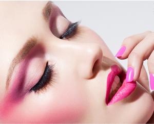 اللون الوردي أبرز ألوان المكياج خلال الصيف