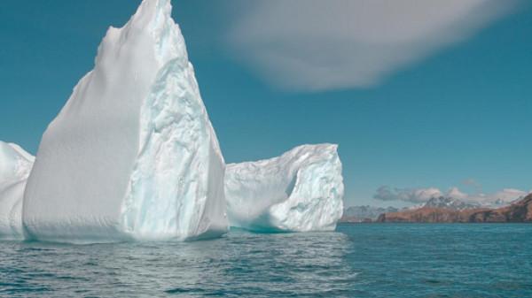 بالفيديو  ..  انفصال جبل جليدي كبير بالقارة القطبية الجنوبية