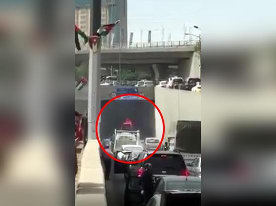 بالفيديو ..  احتراق سيارة داخل نفق الشميساني باتجاه الدوار الثالث