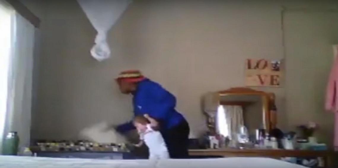 شاهد بالفيديو ..  مربية أطفال تضرب رضيعة بوحشية