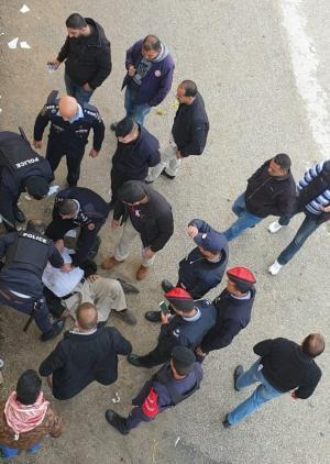 ما حقيقة وفاة أحد المعتصمين بعد سقوطه عن جدار مرتفع أمام مجلس النواب؟
