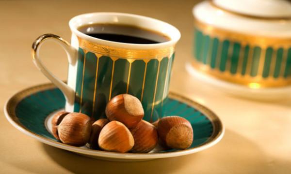 لمشروب رائع بعد الإفطار ..  أعدي قهوة بالبندق اللذيذة